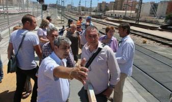 Imagen de la visita de varios miembros de Compromís al antiguo paso a nivel de Ausó Monzó el año pasado